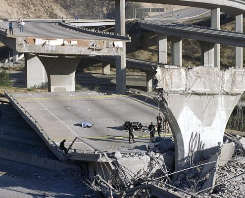این عکس نمونه ای از خرابی زلزله نورتریج را نشان می دهد
