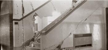 خسارت وارده به دیوار اطراف راه پله در زلزله به علت ضعف در اجرای راه پله
