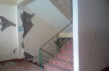 شکست عناصر غیر باربر سازه ای اطراف راه پله در زلزله